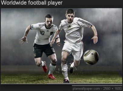 นักฟุตบอลกำลังวิ่งไล่ แย่งบอลกัน