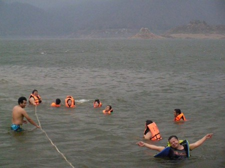หลาน ๆ เหลน ๆ เล่นน้ำกันสนุกสนาน
