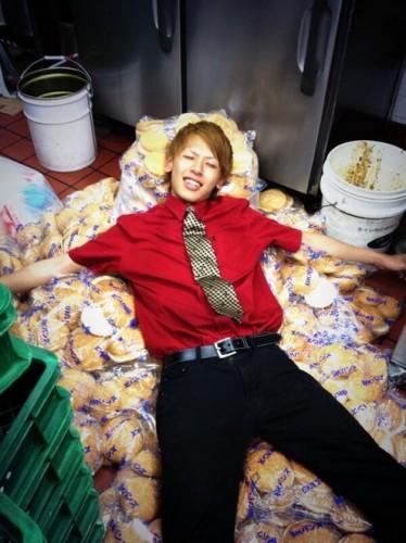 นอนเล่นบนกองขนมปังที่ใช้ทำเบอร์เกอร์